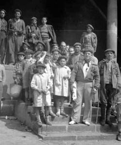Requetés y niños a las puertas del ayuntamiento de Elorrio