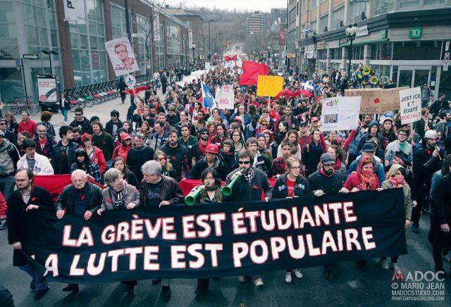 """La huelga es estudiantil, la lucha es popular"". Pancarta de una manifestación del ""Printemps québécois"". Primavera de 2012."
