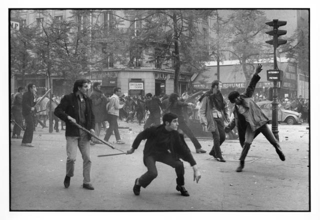 París, Mayo 1968. Enfrentamientos entre los estudiantes y la policía en el Boulevard Saint-Germain.