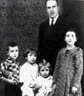 Antonino Odria López, con sus cuatro hijos.