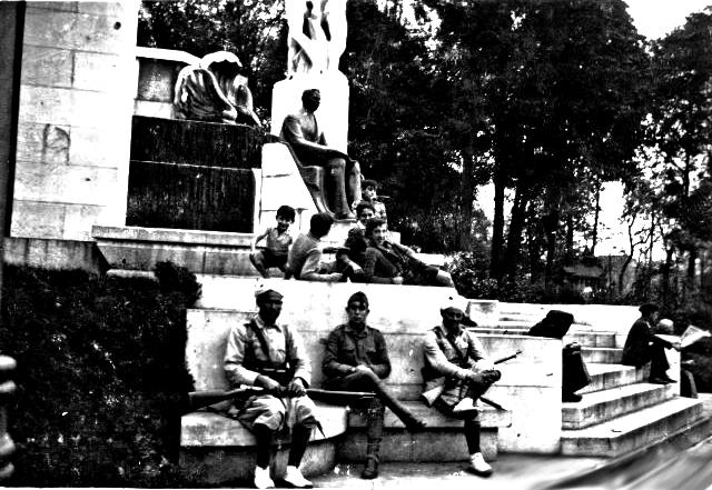 Moros y legionarios en el monumento a José Tartiere. Campo de San Francisco. Oviedo. Octubre de 1934