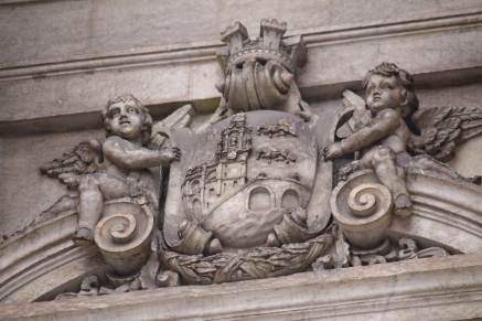 Sul balcone del Comune di Bilbao, nella porta centrale, si può vedere uno scudo della città e sopra una corona murale repubblicana.
