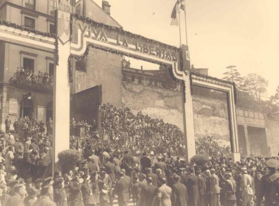 Photo : fête du 2 Mai 1933, jour où Ercoerca, Prieto et Alacalá Zamora participèrent à la marche. que Ercoreca, Prieto y Alcalá-Zamora encabezaron la procesión cívica.