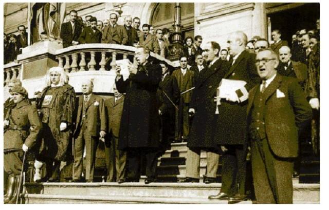 El alcalde Ercoreca dando lectura de la Carta de las Cortes Constituyentes al pueblo de Bilbao en 1836 felicitando por el levantamiento del sitio los carlistas. Esta tradición se cumplio por última vez en 1936. La lectura se realizaba sollemnemente en las escalinatas del Ayuntamiento todos los 25 de diciembre.