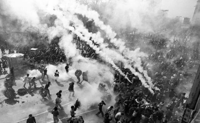 Lanzamiento de botes de humo por la policía en las proximidades de la iglesia de S. Francisco de Asís. Zaramaga. Gasteiz. 3 de marzo de 1976.