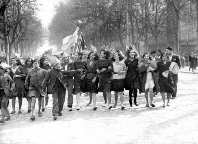 Madrid. Tarde del 14 de abril de 1931. Los ciudadanos salen a celebrar la proclamación de la IIª República Española.