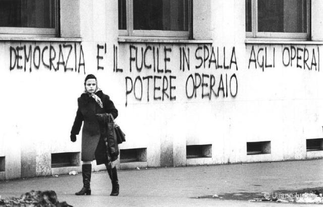 """""""La democracia es el fusil en el hombro del obrero"""". Pintada de Potere Operaio en el muro de una fábrica de Milán. 1974"""